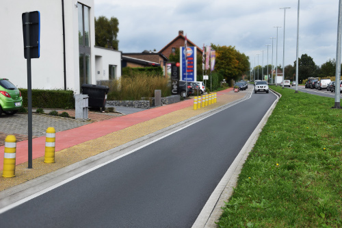 With iron oxide pigments from CATHAY INDUSTRIES, building materials can be coloured effectively and cost efficiently. Red concrete for bicycle lanes, yellow stripes of exposed aggregate concrete and deep black road asphalt enable clear orientation for road users.